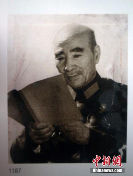 林彪照片《孜孜不倦》在北京拍卖 系江青作品