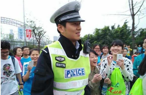 """重庆帅交警遭围拍致拥堵 网友称神似""""何以琛"""""""