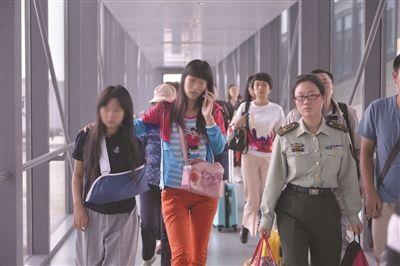 南京人马来西亚车祸:妈妈碎玻璃堆里拉出女儿