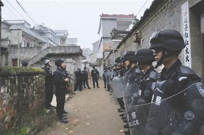 """""""重金求子""""诈骗村变形记"""