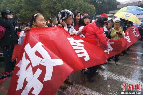 安徽安庆一小学欲拆分学生冒雨维权