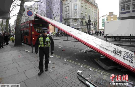 伦敦再发双层巴士撞树顶层脱落事故 4人受轻伤
