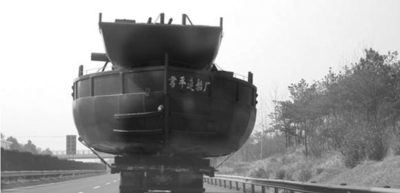 安徽一辆货车载30米长大铁船在高速路飞驰(图)