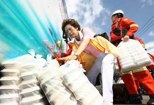 洪水侵袭曼谷 大马救援队赈济唐人街华裔区(图)