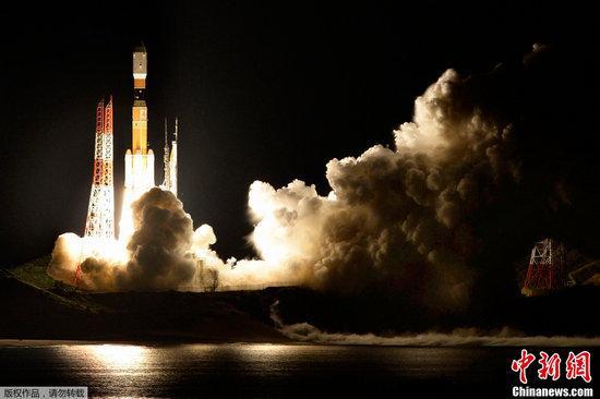 """日本发射无人货运飞船""""鹳"""" 试验清理太空垃圾"""