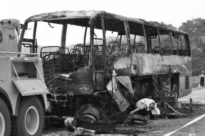 事故大巴车已经被烧毁。新华社发