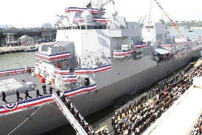 美国一驱逐舰正式服役 以殉职海豹队员命名(图)