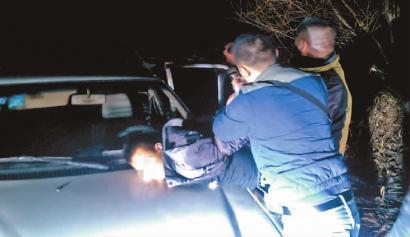 9岁男孩在母亲身边被绑走 劫匪戴头套开车逃离