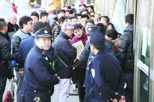 北京买房人抢过户:半夜3点排队算晚的(图)