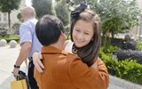 华裔女孩12年后回国寻亲 做66条毛毯送福利院