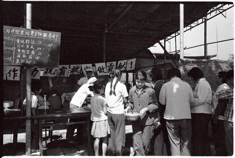 1976年7月28日,唐山发生里氏7.8级地震,一夜之间城市成为废墟,伤亡惨重。这次地震波及范围甚广,北京亦震感强烈。北京王府井饮食服务部在中山公园为市民提供食物,可以清楚地看到当时伙食的价格不超过3角钱。