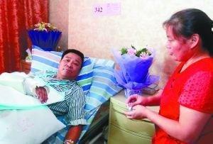 昨日,新桥医院病房,马志忠在病床上讲述当时经过。 本版图/重庆晨报记者 黄宇 摄