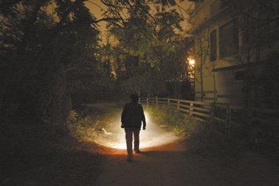 11月3日,花乡世界名园内,大部分地方没有路灯,居民在小区内打着手电行走。本报记者 王嘉宁 摄