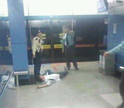 转播到腾讯微博 -广州地铁八号线故障 乘客自行打开车门进入隧道
