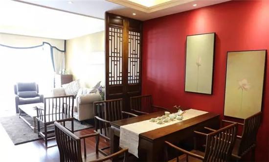 与餐桌椅一样材质的中式屏风 与客厅呈对比色的中国红墙漆.图片