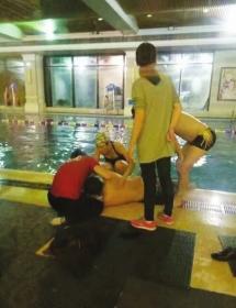 男子泳池溺水 美女护士跪地施救走红
