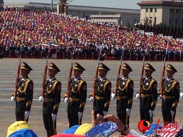 小林阳吉在观礼台用手机拍摄的阅兵礼兵。(图片由小林阳吉提供)