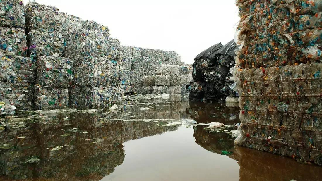 成堆的塑料垃圾,图片来自圣丹斯官网