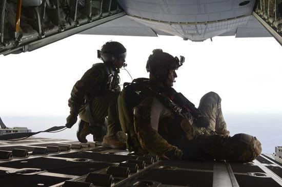 美派遣伞兵飞行11小时后空降施救两名中国渔民