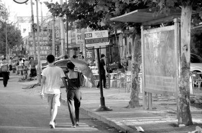 高清图—大兴庑殿路西729路科技路站牌旁1男子摔死2岁女童