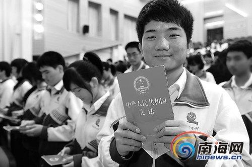 海南侨中18岁学生举行成人礼[图]