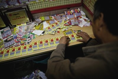 4月28日,一名农民工彩民买了一整本刮刮卡。