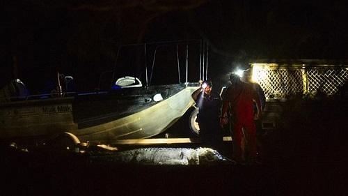 男子河边钓鱼被巨鳄叼走 警察杀鳄找到残肢