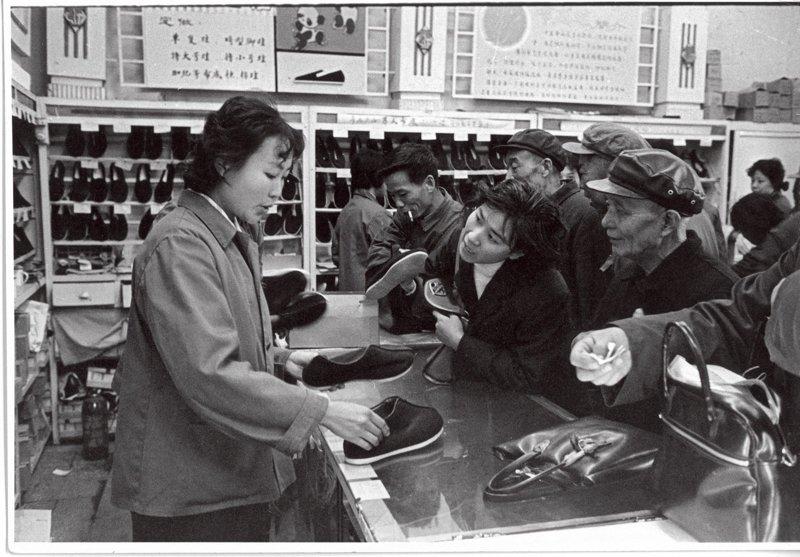 """""""内联升""""始创于1853年(清咸丰三年),由天津武清县赵廷创建。内联升最初是专门为皇亲国戚和文武官员制作朝靴的鞋店。""""内""""指大内,""""联升""""具有官运亨通的寓意,因此很得当时官员的青睐。内联升的千层底布鞋继承了民间传统手工艺,材料和工艺要求高,工序复杂,讲究手法、力度,只有经验丰富的师傅才能制作出舒适的布鞋。1977年,内联升恢复了老字号,为广大人民群众提供服务。"""