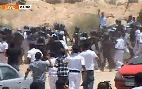 穆巴拉克庭审法庭外爆冲突 数名警察受伤(图)
