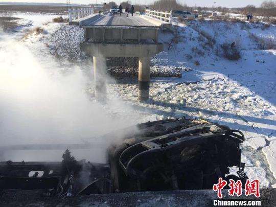 黑龙江一大桥发生坍塌致2车坠落一人受伤(图)