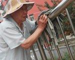 窦珍:85岁老人义务扫桥十年