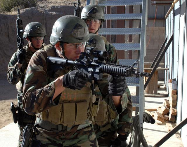美军特种部队乘坐鱼鹰机营救被劫持人质失败