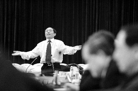 河南省委书记卢展工两会上点唱《吃亏歌》