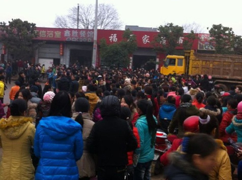 富士康江西工厂千名工人上街游行抗议待遇问题