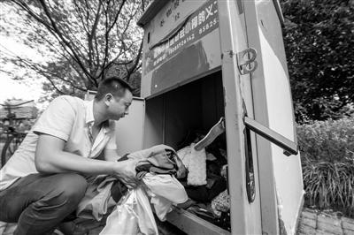 旧衣回收箱一年换50多部锁 两男子盗取衣物被抓
