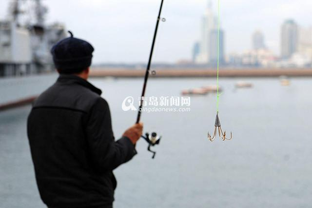 组图:青岛市民海边钓鱼不用饵 一天能钓40斤