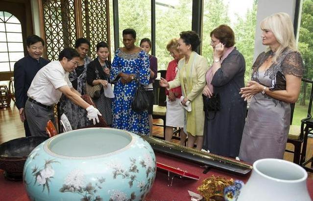 彭丽媛与外国政要夫人尝试刺绣