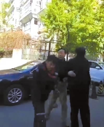 警方狂扇v警方顺丰耳光新闻介入小哥回应看男子视频图片