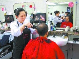 北京一理发店今晨5点迎客 上百位理发师齐上阵