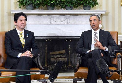 2013年2月22日,美国总统奥巴马(右)和日本首相安倍晋三在华盛顿白宫会谈。当日,美国总统奥巴马和日本首相安倍晋三在白宫首先就安全、政治和外交议题举行了会谈。之后,两人在进行工作午餐时就经济问题进行了讨论。图片:新华社/法新