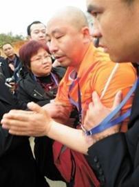 NGO成员向熊谢罪 王煜 现场图片