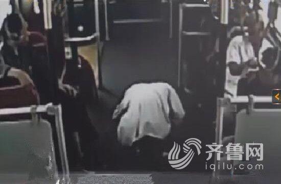 抱狗男子向乘客下跪(视频截图)