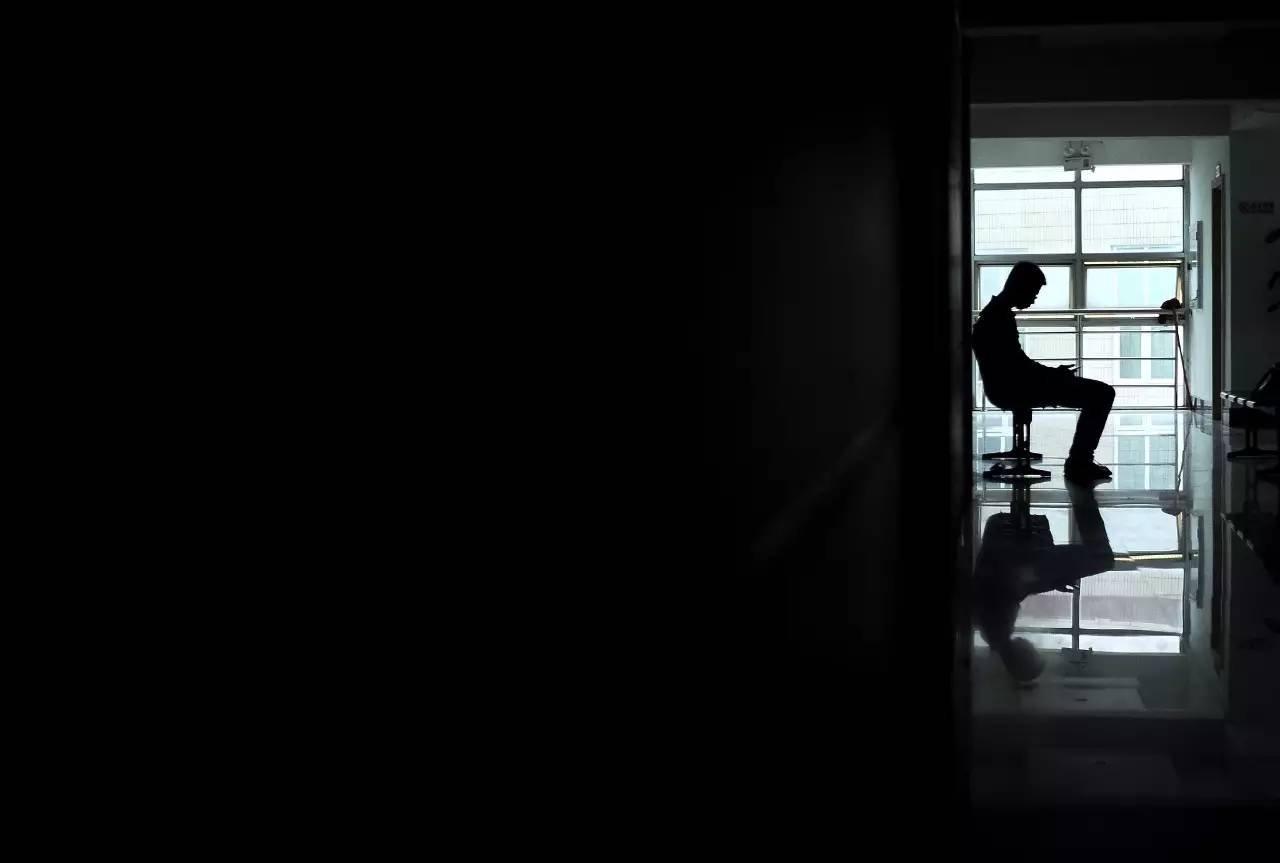 2014年5月11日,福建省福州医学心理咨询中心,一名抑郁症患者在走廊等待。图片来源/视觉中国