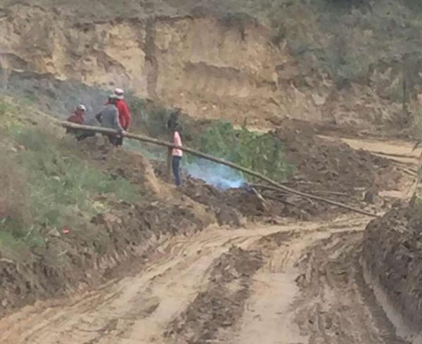 陕西群众修垮塌公路并收费 官方回应:群众不让修