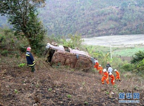 云南一中巴客车翻下山坡已致11人死亡