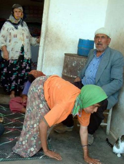 土耳其5兄妹患罕见遗传病 只能四肢行走(组图)