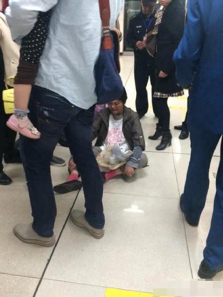 成都地铁2号线被曝有人泼汽油 相关乘客已被控制