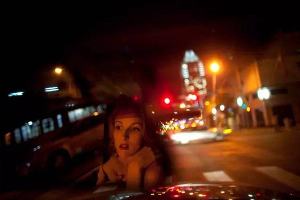 当地时间2010年10月13日,美国德克萨斯州奥斯汀,17岁的高三学生Dandilion Olsen坐在父母的卡车上等红绿灯。神经学和行为心理学的新理论认为,青少年的大脑并非像以往认知的那样没成人大脑发达,但确实十分微妙,同时完美地与青少年时期接受的挑战相匹配。