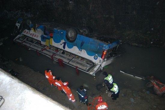 贵州一大客车翻至高速公路桥下 已致16人遇难