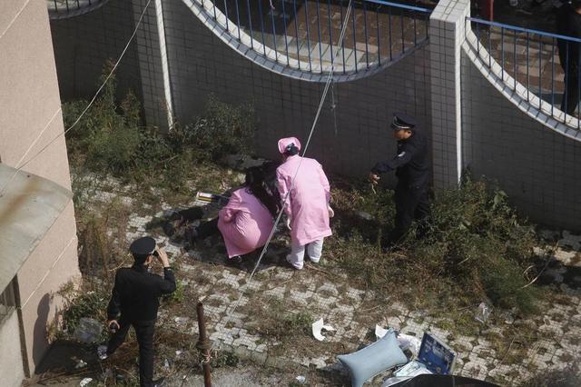 组图:广西柳州一男子跳楼身亡 掉落瞬间被拍下
